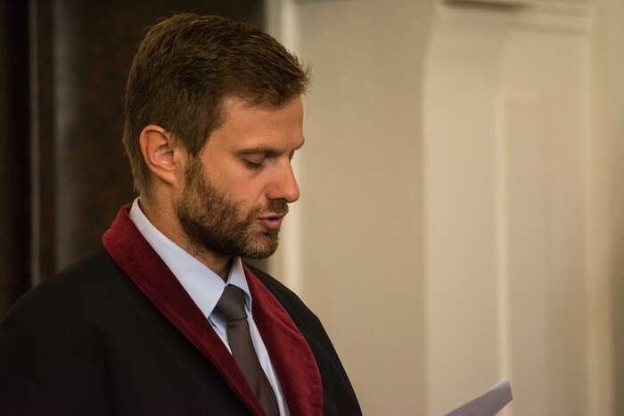 Státní zástupce Vladimír Pazourek čte dlohou obžalobu. Foto Saša Uhlová, DR