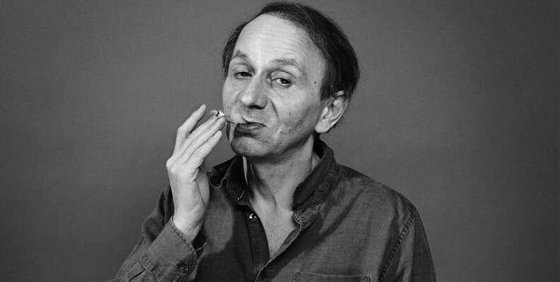 Houellebecq senejdřív zbáznil, apak začal psát knihy. Myslím, že jeto správný postup. Fotonavecorsara.it