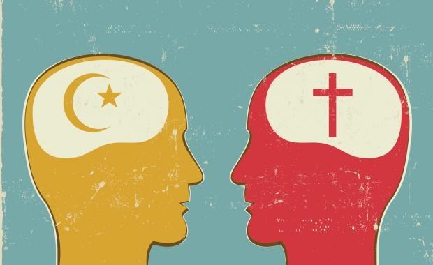 Před pražským kostelem muslimové vytvářeli lidský řetěz naznamení toho, že chtějí chránit ikřesťany. Naší budoucností není válka civilizací, ale společný život, spolupráce avzájemné obohacování. Fotopaulheck.org