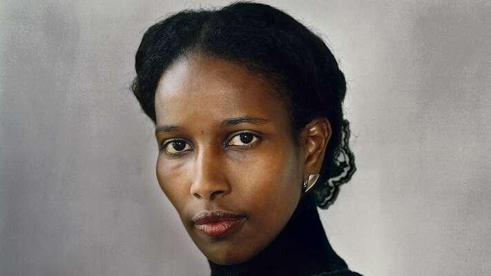 Ayaan Hirsi Ali jezřejmě celosvětově nejznámějšíkritičkou islámu, vroli mediálně nejznámějšího odpadlíka-arcinepřítele islámu jejakýmsi ženským Salmanem Rushdiem. Repro DR