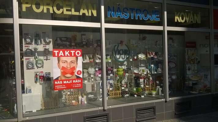 Podpora připravovaného referenda vulicích Brna. Výloha obchodního domu Vichr. Foto Nádraží vCentru