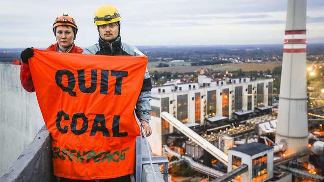 Jedenáctka dobrovolníků protestovala proti prodlužování životnosti elektrárny veChvaleticích. Foto Greenpeace Česká republika