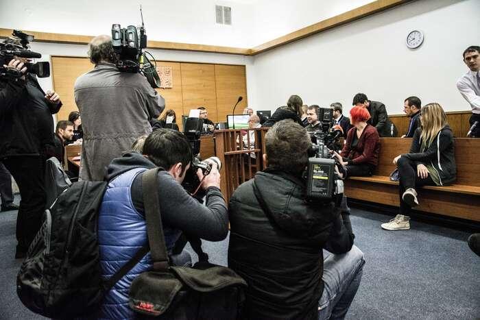 Proces súdajnými teroristy zajímal média zejména zpočátku. Vpondělí sipřišli novináři obžalované natočit avyfotit, podvou dnech už vsoudní síni zbyli znovinářů jen reportérka Deníku Referendum areportér Alarmu. Foto Saša Uhlová, DR