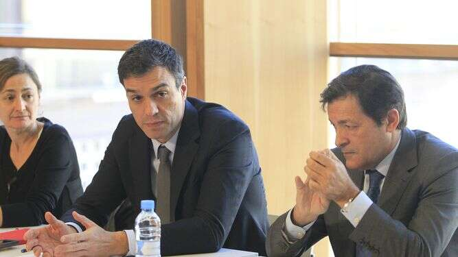Sesazený předseda PSOE Pedro Sánchez (uprostřed) sesvým prozatímním nástupcem Javierem Fernándezem. Foto archiv EP