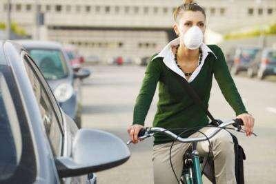 V místech svýrazně znečištěným ovzduším mnozí nosili roušky ještě před výskytem Covid-19. Vědci nyní prokázali silnou korelaci mezi úmrtností nanovou nemoc amírou znečištění ovzduší. To, tak jako tak, nese vinu na800 tisících úmrtí ročně jen vEU. Foto WmC