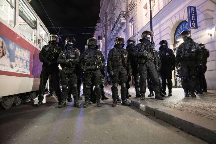 Když policisté sesbírali blokující, prý jen plnili své povinnosti. Blokádníci zas plnili tysvé. Foto Saša Uhlová, DR