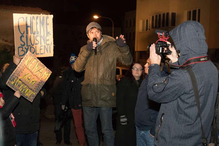 Na demonstraci promluvil David Oplatek, předseda bytové komise Brna-střed. Foto Vladimír Čičmanec