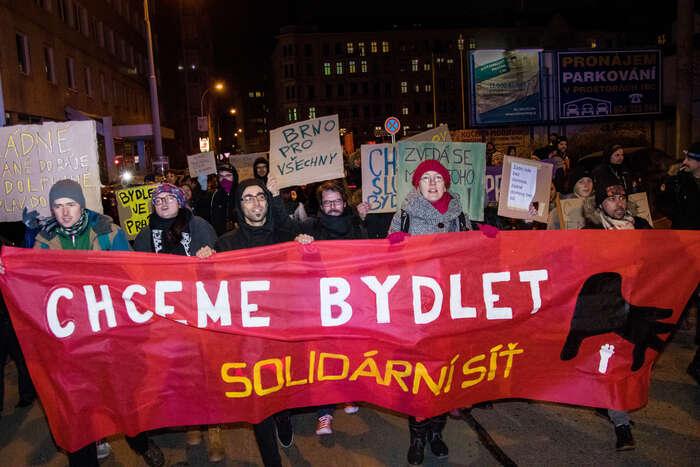 Protest Chceme bydlet! začínal před ubytovnou vulici Vlhká, poté sepřesunul ksídlu Dolfinu. Foto Vladimír Čičmanec