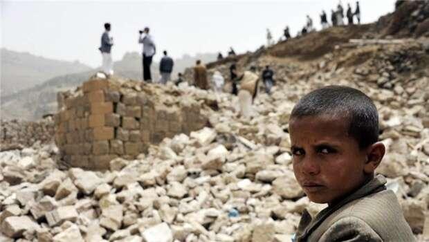 S vojenskou imateriální podporou Spojených států zahájili Saúdové vJemenu velkolepou bombardovací kampaň, která stála život tisíce nevinných Jemenců apřivedla celou zemi, nejchudší naBlízkém východě, dovážné humanitární krize. Repro DR