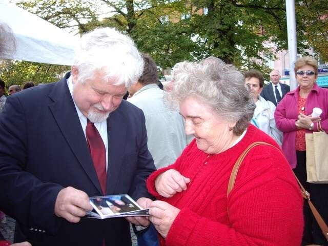 Petr Pithart ještě jako senátor sesvojí voličkou vChotěboři. Vsenátním obvodě Chrudim vyhrál třikrát zasebou.