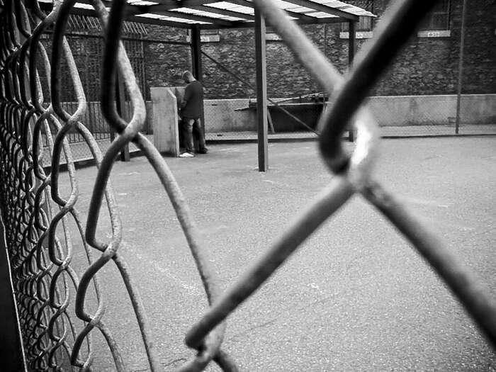 Dlužníka, který sebránil, když muexekutoři násilím vnikli dobytu, čekal dlouhý pobyt zamřízemi. Rozhodnutí formálně bezchybné, avšak pomíjející veškeré souvislosti. Foto Stephnaciri, Flickr