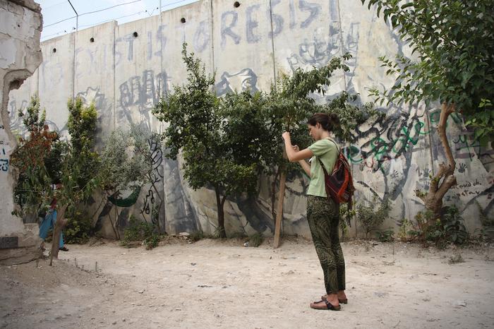 Elena, účastnice naší výpravy, sifotí zbytky domu, který musel ustoupit výstavbě zdi. Foto Peter Tkáč