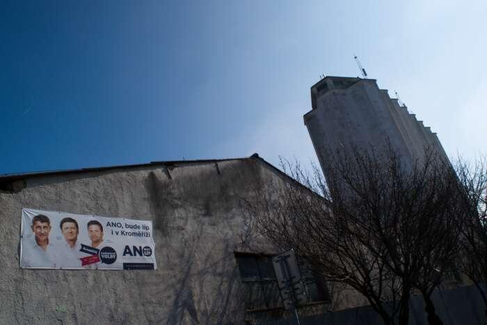 Na starostovu tvář výsměšně slibující lepší zítřky musí obyvatelé ulice Čelakovského hledět den coden. Foto Jakub Patočka, DR