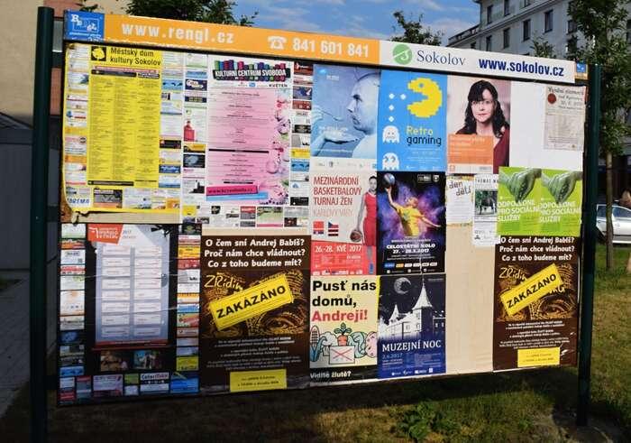 Plakátovací plochy před sokolovskou projekcí. Foto Dalibor Zíta, DR