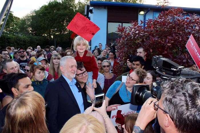 Konzervativci mladé voliče poléta ponižovali adémonizovali. Labour jedokázala nadchnout apřivést kvolbám. Foto FBJ. Corbyna