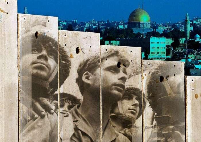 V rámci šestidenní války obsadili izraelští vojáci iVýchodní Jeruzalém sjeho historickými památkami. Zde tváře výsadkářů odZdi nářků zeslavné fotografie Davida Rubingera promítnuté naseparační val. Fotomontáž JTA