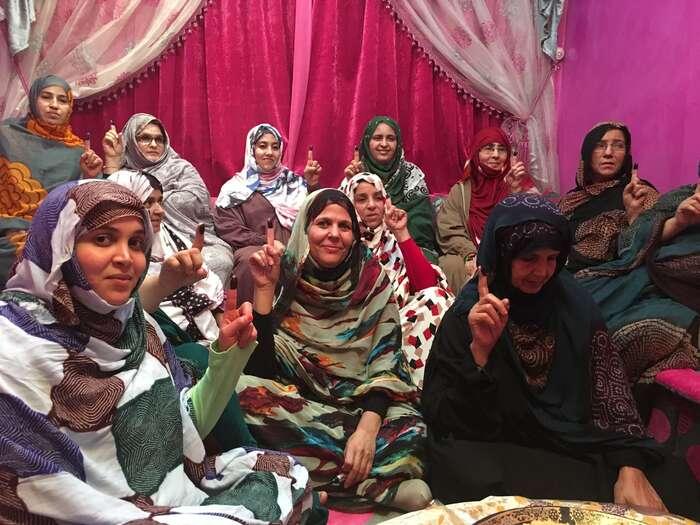 Sahrawánské aktivistky zLaayoune, mnoho znich jsou bývalé politické vězeňkyně. Namalovaný ukazováček jesymbolem práva sahrawánského národa nasebeurčení. Foto Josef Šmída