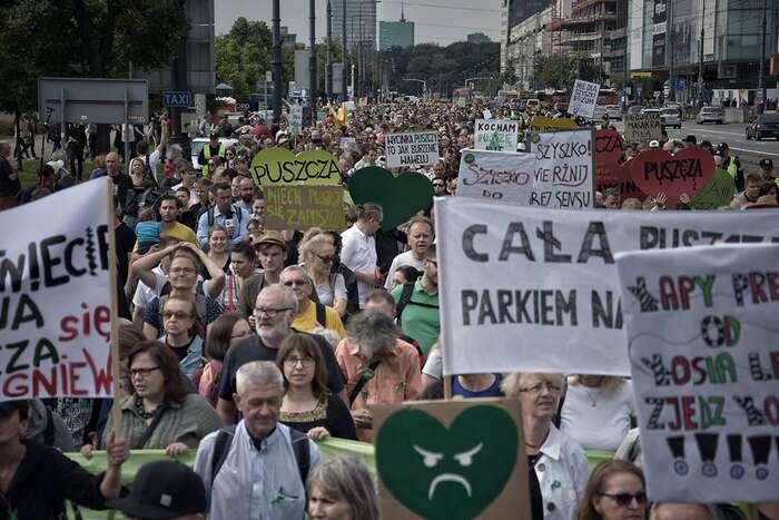 Velké podpory veřejnosti sedočkala demonstrace podporující blokády bělověžského pralesa. Foto Piotr Stasiak