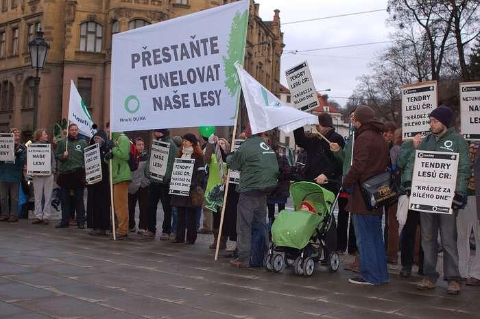 Proti systému zavedenému ministrem Fuksou (nahoře) viditelně protestovaly ekologické organizace včele sHnutím Duha. Foto archiv DR/ Hnutí Duha