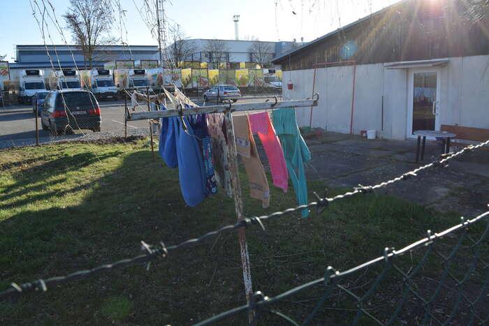 Ubytovny pro zahraniční dělníky, kteří vdrůbežárnách vevelké míře pracují, nejsou právě lákavým místem kživotu. Foto Jakub Patočka, DR