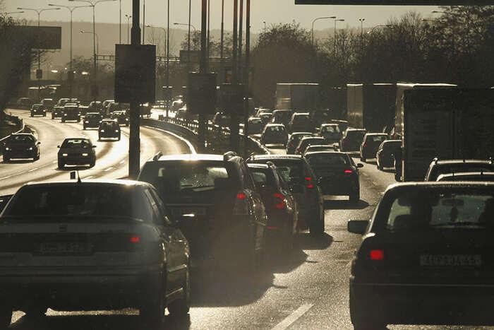 Většina veřejnosti sesvého automobilu nechce vzdát, ani když jevyhlášena smogová situace. Foto: Archiv DR