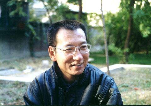 Liou Siao-po — literární vědec, filosof aobčanský aktivista — byl zatčen krátce pozveřejnění Charty 08, dokumentu usilujícího ootevření dialogu vevěci občanských alidských práv apolitických reforem. Foto myhero.com
