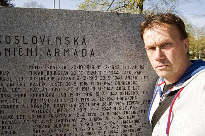 Autor uzlínského památníků obětem Druhé světové války, najehož desce věnované Československé zahraniční armádě jevyryto iSilvestrovo jméno. Foto Jan Beránek