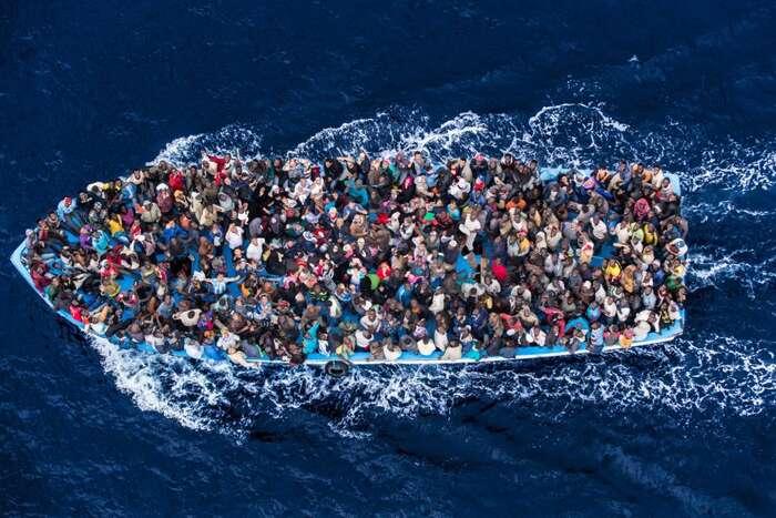 Státy jako Itálie aŠpanělsko vynakládají obrovské finanční prostředky napobřežní stráž, která však vpřípadě zajetí lodi snelegálními migranty nemůže udělat nic jiného, než jevbezpečí přepravit napůdu EU. Repro DR