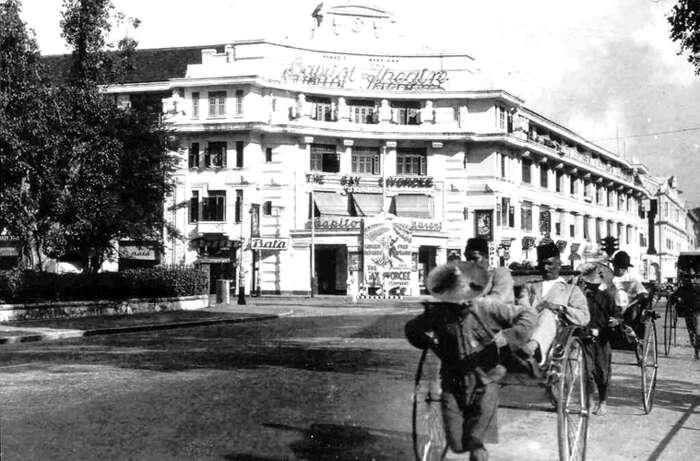 Křižovatka vcentru Singapuru v30. letech, narohu budovy vývěsní štít firmy Baťa. Foto archiv Emila Máčela
