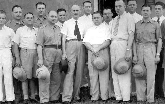Návštěva československého velvyslance vBatanagaru. Foto archivu pana Plhoně