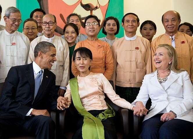 SuŤij (uprostřed) byla poléta lidskoprávní ikonou. Vroce 2018 však její pověst poznamenala armádní kampaň proti rohingské menšině. Vláda SuŤij sejí nepostavila, třebaže byla provázena ibrutálními etnickými čistkami. Foto Pete Souza, WH