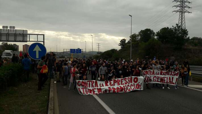 Velké skupiny rozhořčených Katalánců blokovaly silnice už při dílčích policejních násilnostech při nedávném referendum. Foto HelpCatalonia, Twitter