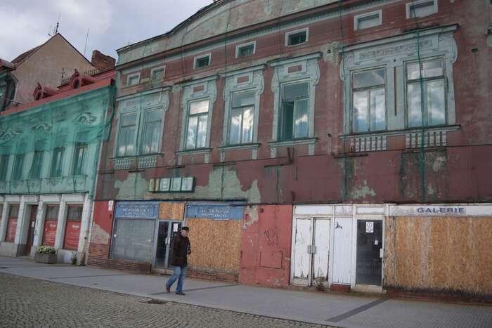 Sbírám nanáměstí obrazy před zabedněnou výlohou galerie. Foto Jakub Patočka, DR