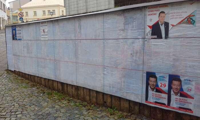 Většina volebních stran zatím ani nevylepila svůj plakát nahlavní plochu pod městským úřadem. Foto Petra Dvořáková, DR