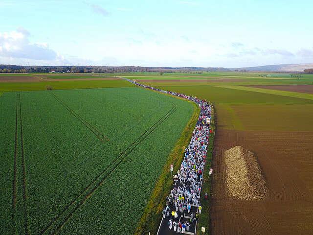 Na místo selidé vmalířských oblecích dostali dlouhým pochodem změstečka Buir, odkud nad ránem vyrazila legální demonstrace. Foto Ende Gelände
