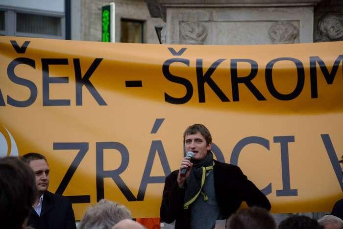 Jakub Patočka mluví nademonstraci proti pokusu ovnitrostranický převrat vroce 2013. Foto Roman Bureš