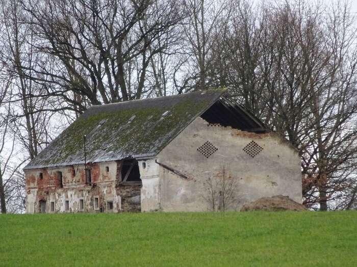 Sudetská stodola vypadá hrdě, ikdyž serozpadá. Foto Jan Šícha