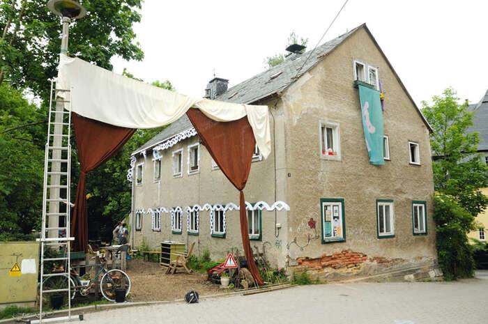 Dům HC9 senachází vmalé vesnici Tharandt uDrážďan. Jeho nájemníci zde organizují řadu kulturních akcí pro místní obyvatele. Foto Syndikat.de
