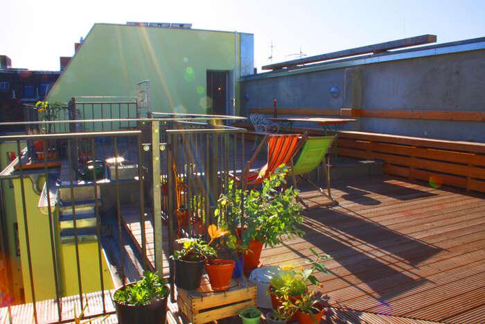 Berlínský Grünberger 73funguje přes patnáct let, družstvo dům postupně opravuje isohledem naživotní prostředí. Nechybí například solární panely. Leží večtvrti Friedrichshain, která vposledních letech trpí výraznou gentrifikací. Foto Syndikat.org
