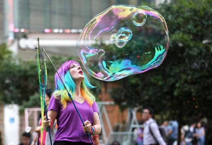 Bublináři jsou najednou všude. Napražských turistických trasách, nasociálních sítích imezi kolegy apřáteli. Foto Funly