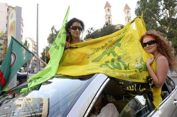 Hizballáh není jen platformou šíitských islamistů akonzervativní chudiny. Zde jeho stoupenkyně svlajkou hnutí. Foto Aurélie Daherová