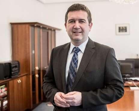 Komunikátor, který překlene partajní hloučky anikoho neodmítne vyslechnout. Foto hamacek.cz