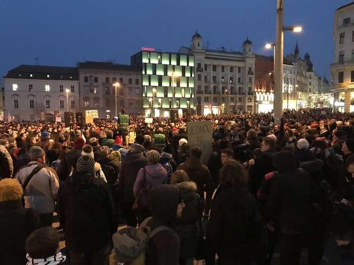 Protikomunistické zaměření demonstrací bynemělo zastřít skutečnost, že problém jednes zcela jinde. Foto Česká televize