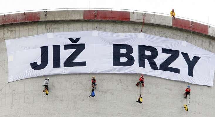 Slogan zprotestní akce Greenpeace nachvaletické elektrárně může opravdu dojít naplnění. Foto Greenpeace