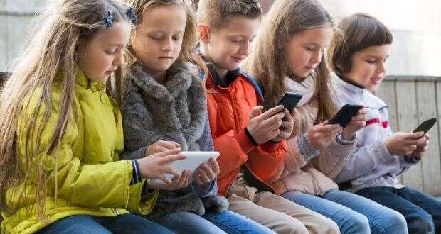 Dotovat veřejné školství, vněmž siděti půlku dne hrají namobilech hry, které nedohrály doma, jezmařená investice. Foto Irish Times