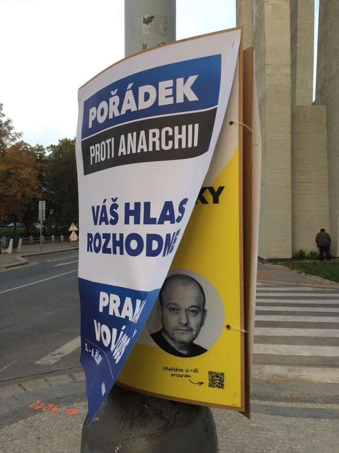 ODS bojuje proti anarchii řádným přelepováním plakátů svých konkurentů. Repro DR
