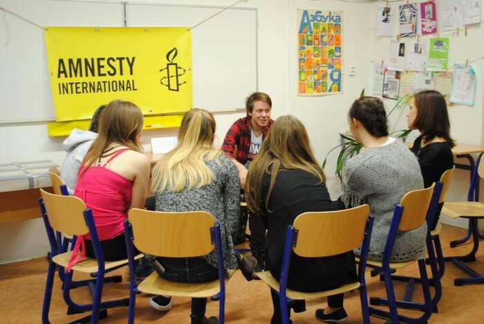 Živá knihovna nabízí žákům astudentům možnost popovídat siadiskutovat srůznými lidmi, vyslechnout jejich příběh. Foto AI