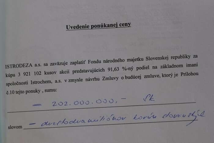 Dvě nabídky. Nahoře vytištěná Nováckých chemických závodů, dole ručně vepsaná odBabišovy Istrodezy. Rozdíl činí dva miliony slovenských korun. Repro DR