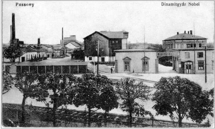 Bratislavská pobočka firmy Dynamit-Nobel nahistorické pohlednici. Repro DR