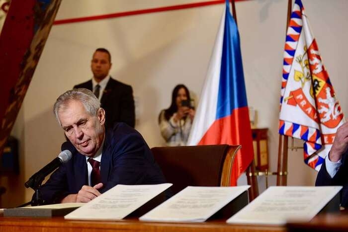 Pokud seprezident Zeman pohybuje nahraně dlouhodobé oficiální politiky České republiky, ne-li úplně mimo, jenapětí mezi ním azpravodajskými službami spíš pozitivním signálem. Foto FBM. Zemana